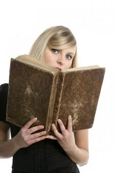 Linda aluna loira com um livro velho