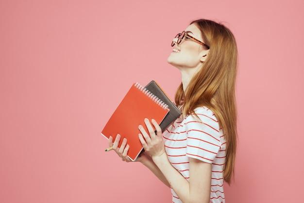 Linda aluna segurando livros isolados