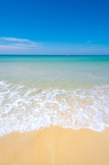 Linda areia da praia e fundo do céu azul do mar