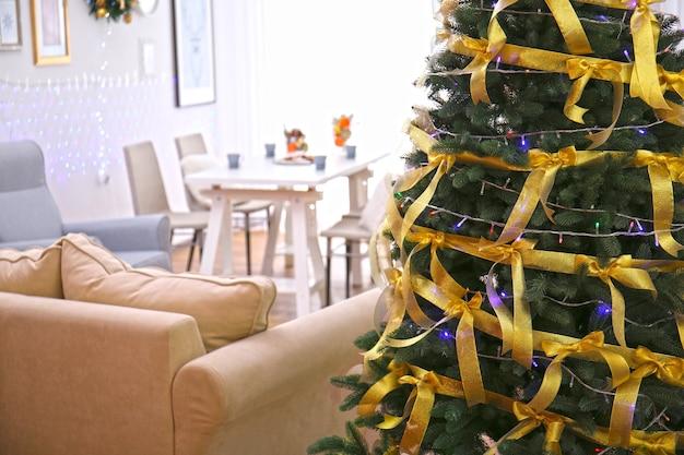 Linda árvore de natal decorada na sala de estar, vista de perto