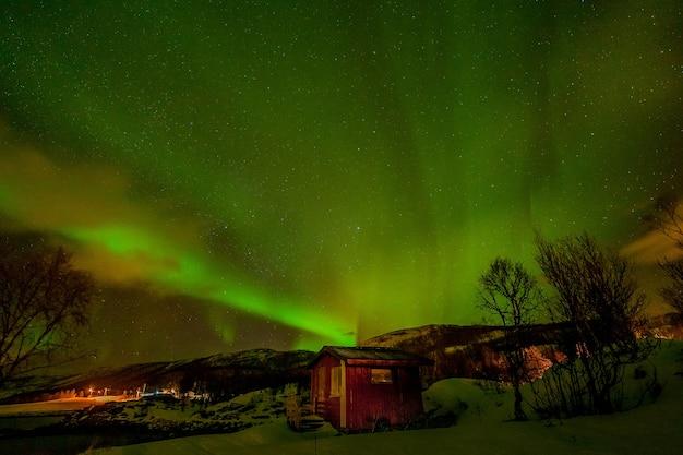 Linda aurora boreal, luzes polares sobre montanhas no norte da europa