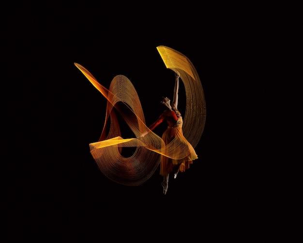 Linda bailarina dançando com efeito de luzes