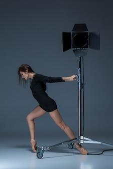 Linda bailarina posando em azul escuro
