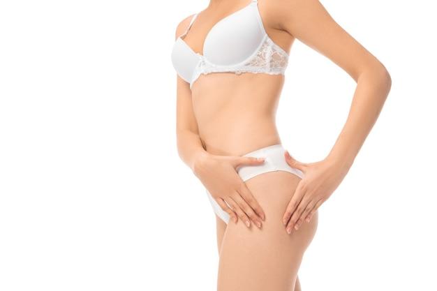 Linda barriga feminina e peito isolado no fundo branco.