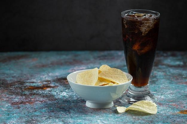 Linda bebida gelada de cola com cubos de gelo