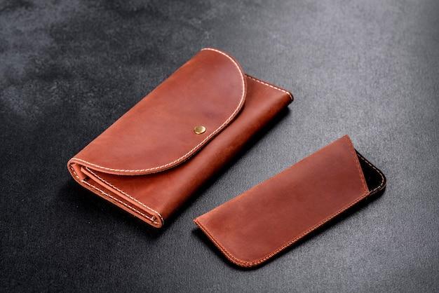 Linda bolsa de couro marrom feita de couro para guardar papel-moeda
