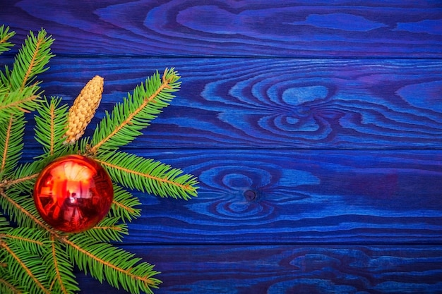 Linda borda de natal de abeto e brinquedos no espaço azul de madeira