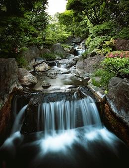 Linda cachoeira pequena no rio da montanha
