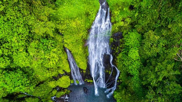 Linda cachoeira sekumpul em bali, indonésia