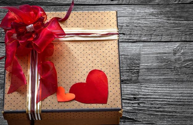 Linda caixa de presente para o dia dos namorados, deitada na madeira, conceito de férias