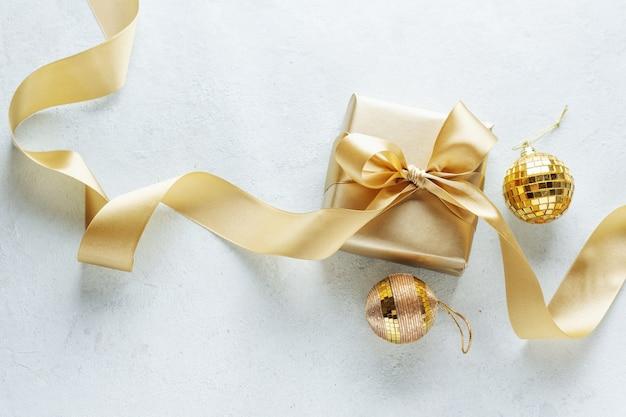 Linda caixa dourada para presente de natal com fita dourada em branco