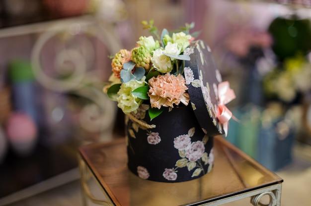 Linda caixa vintage de champanhe e flores de cor branca