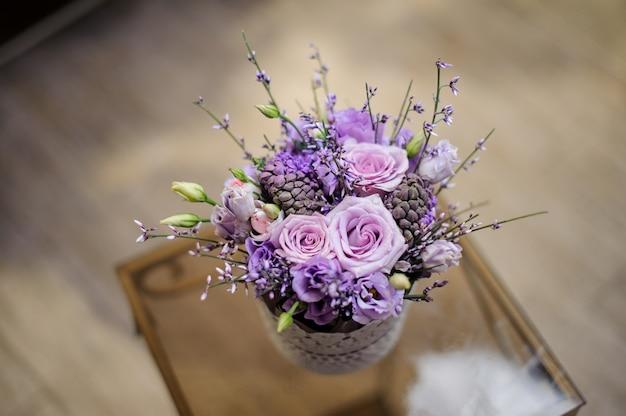 Linda caixa vintage de flores de cor violeta