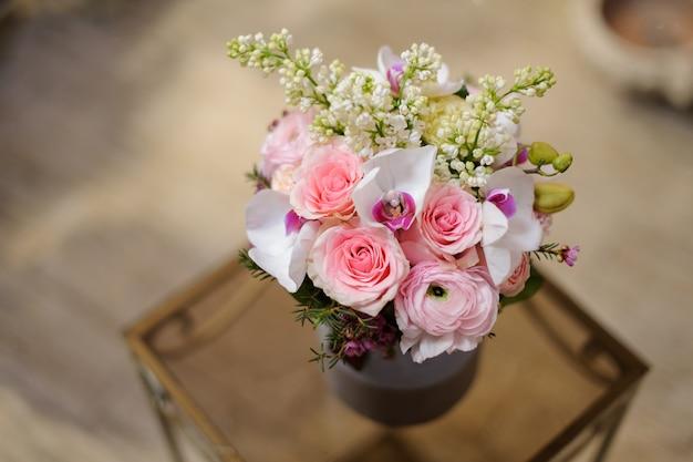 Linda caixa vintage violeta de rosas e outras flores