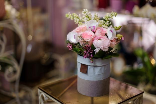 Linda caixa violeta azul vintage de rosas e outras flores