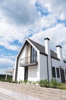 Linda casa branca pronta para ser vendida