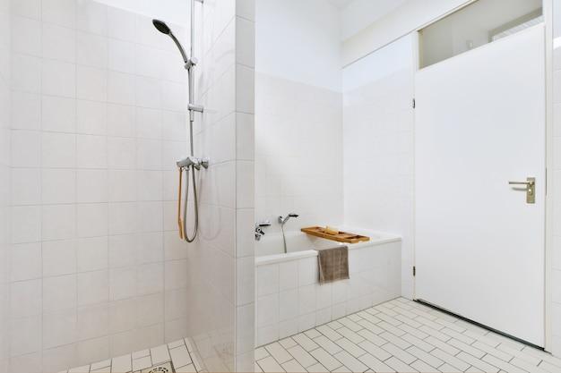 Linda casa de banho com uma grande banheira e cabina de duche