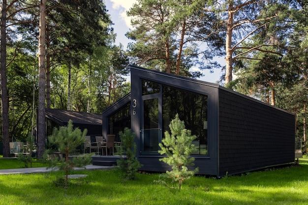 Linda casa de campo. design exterior e interior de uma casa de luxo. casa de família de baixo consumo energético feita de madeira
