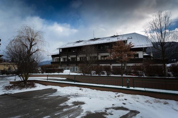 Linda casa de madeira tradicional austríaca nos alpes cobertos de neve