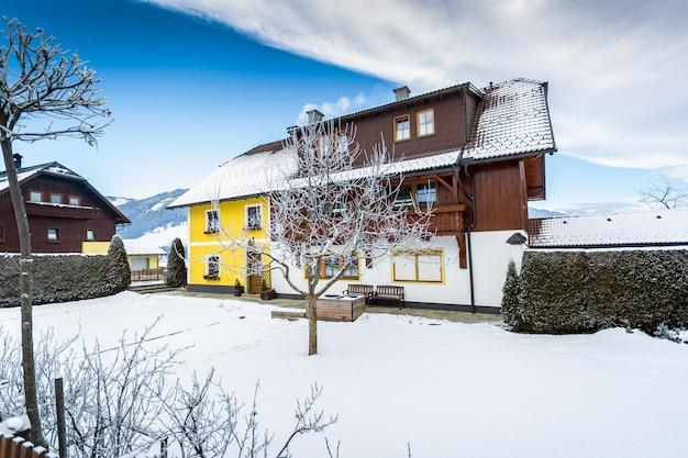 Linda casa de madeira tradicional nos alpes austríacos