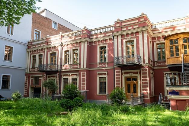 Linda casa em estilo antigo na cidade de tbilisi. viagem na geórgia. caucsus