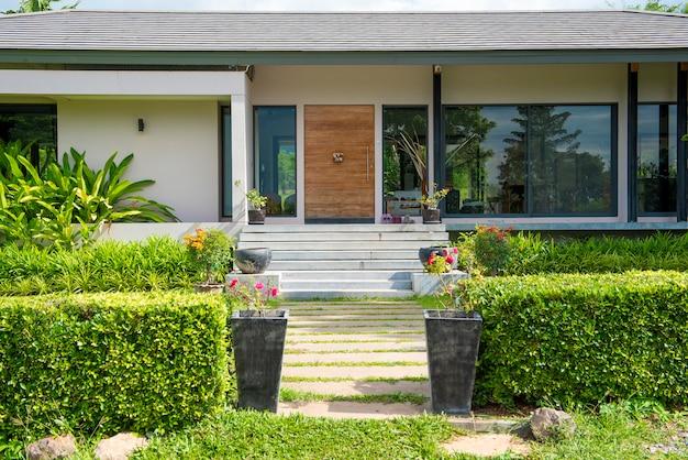 Linda casa moderna em ambiente de natureza