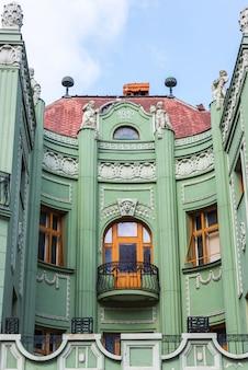 Linda casa verde com varanda de estilo gótico