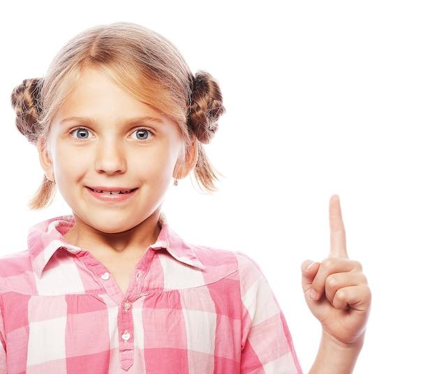 Linda colegial apontando o dedo indicador para cima de empolgação
