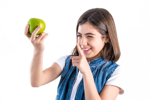 Linda colegial com maçã em fundo branco.