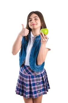 Linda colegial com maçã no branco