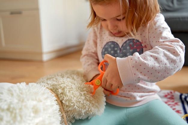 Linda com criança brincar de médico em casa. médico de brincar para design de saúde.