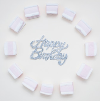 Linda composição de aniversário com marshmallows