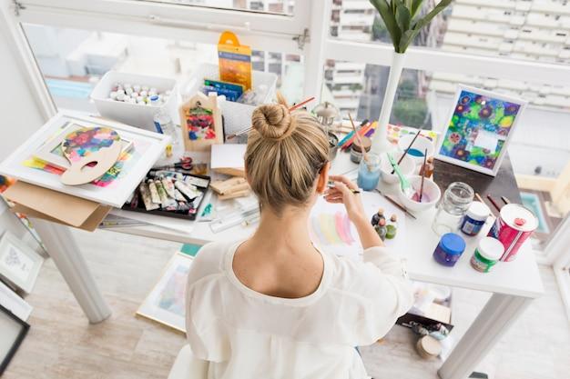 Linda composição de arte com modelo feminino feliz