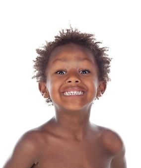 Linda criança africana fazendo careta isolada em um fundo branco