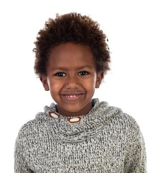 Linda criança afro-americana com jersey de lã cinza