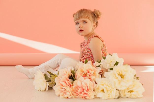 Linda criança com buquê de flores