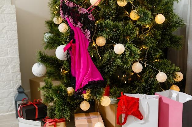 Linda cueca de papai noel sexy com árvore de natal.