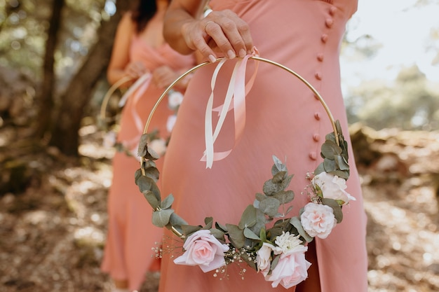 Linda dama de honra segurando um buquê de flores