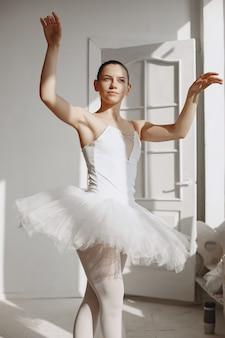 Linda dançarina de balé. bailarina em ponta. garota em um estúdio de balé.