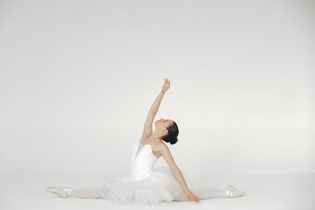 Linda dançarina de balé. bailarina em ponta.
