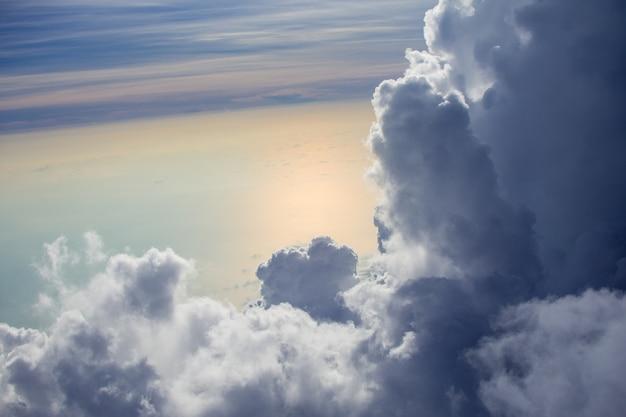 Linda de nuvem no céu tirar foto no avião.