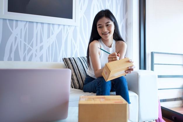Linda de retrato asiático jovem trabalhando laptop on-line