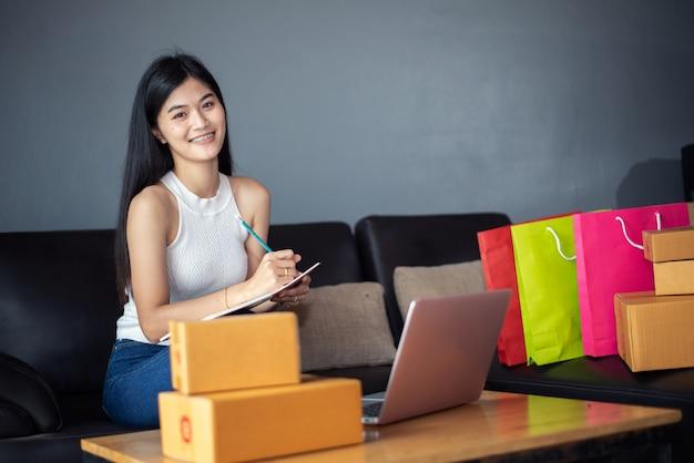 Linda de retrato jovem asiática trabalhando on-line l