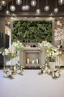 Linda decoração de casamento em restaurante pronto para banquete