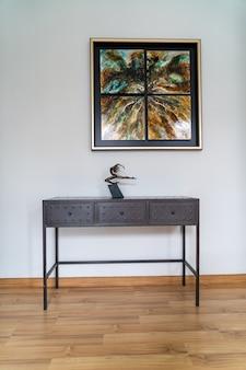 Linda decoração de mesa em casa com parede branca