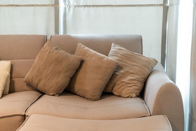 Linda decoração de travesseiro no sofá da sala