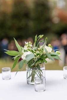 Linda decoração floral com flores de pétalas brancas em um salão de casamento