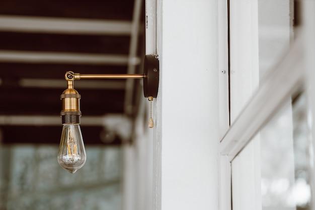 Linda decoração vintage leve. estilo loft da lâmpada. iluminação em design. estilo retrô