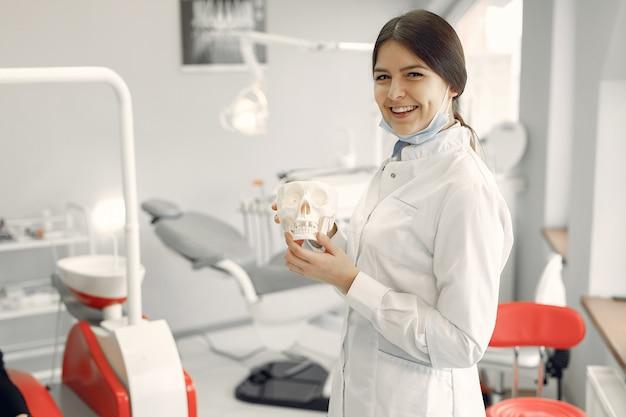 Linda dentista trabalhando em uma clínica odontológica