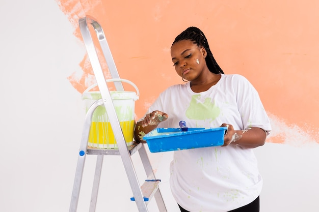 Linda dona de casa pintando parede
